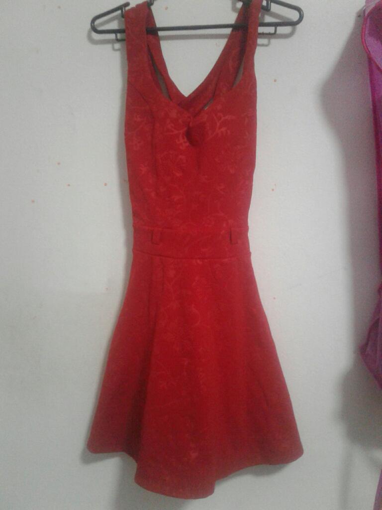 Vestido Rojo con Bordado de Flores