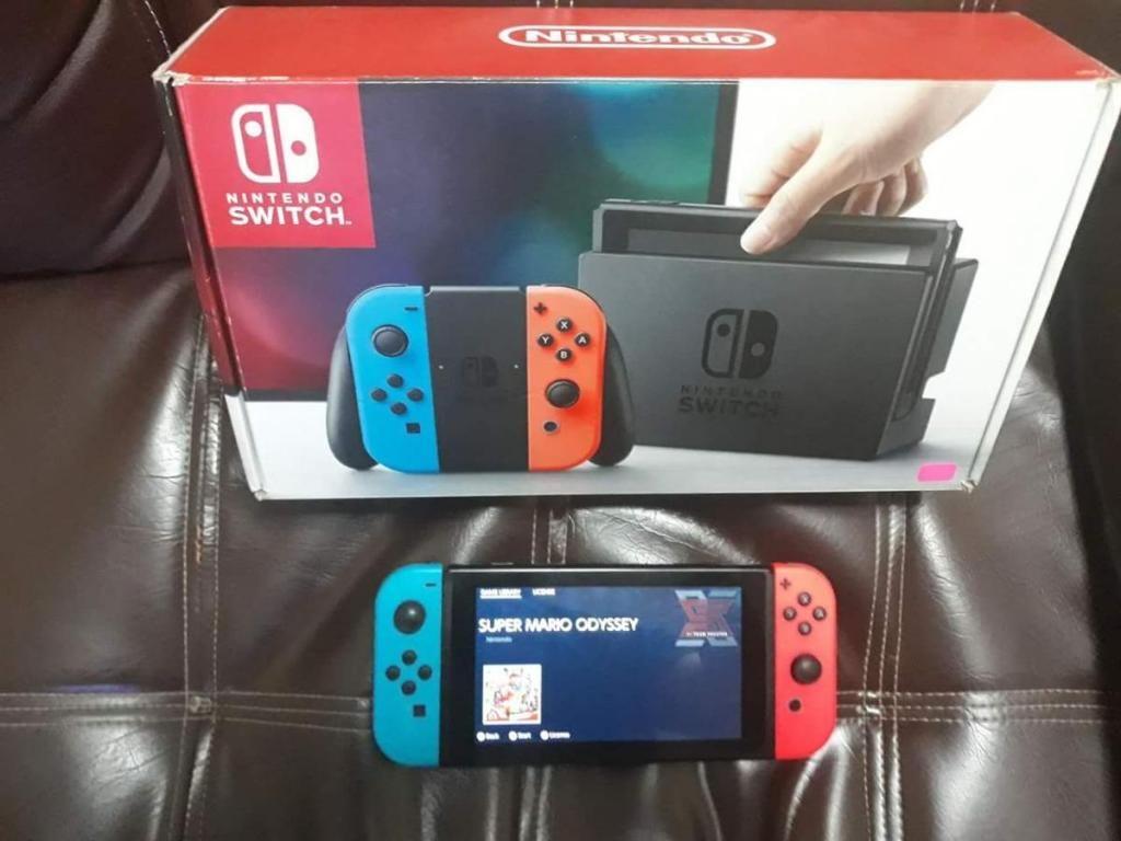 Nintendo switch, en caja con estuche Zelda mas RCM loader.