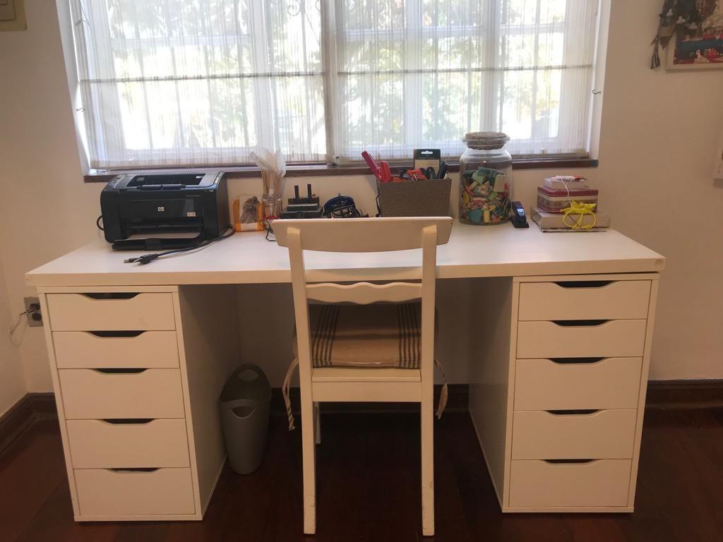 Bonito escritorio y silla de estudio