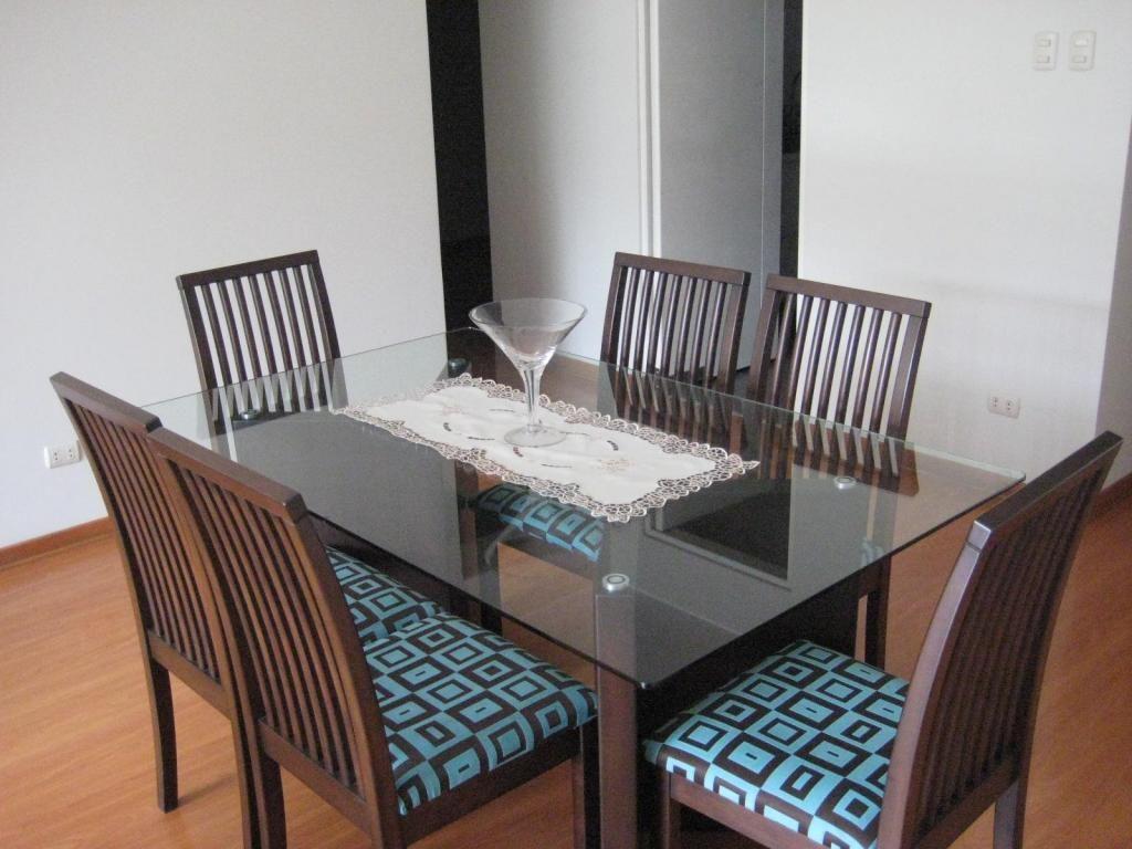 Comedor de madera con mesa de vidrio