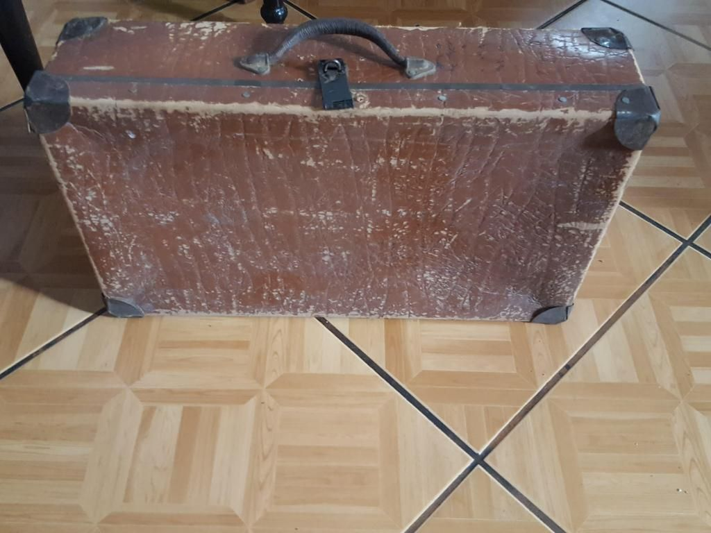 Antigua maleta vintage en madera forrada