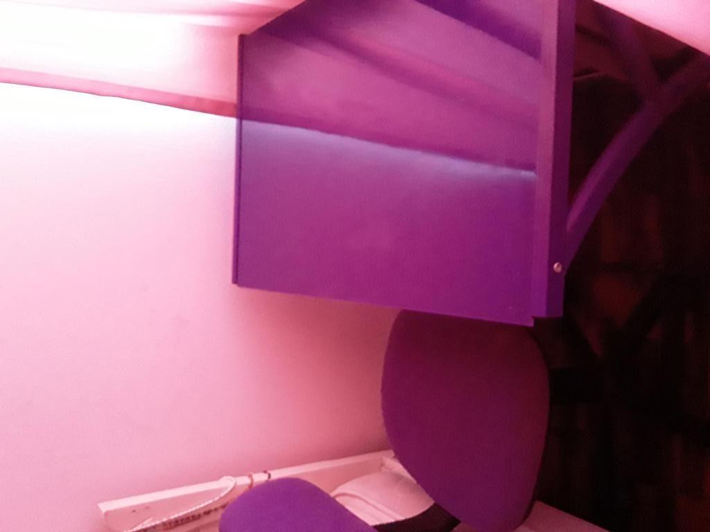 Escritorio y silla lila