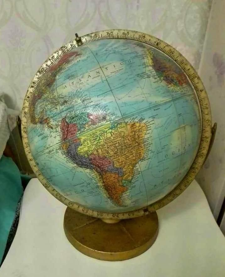 Antiguo Globo Terraqueo en Alto Relieve