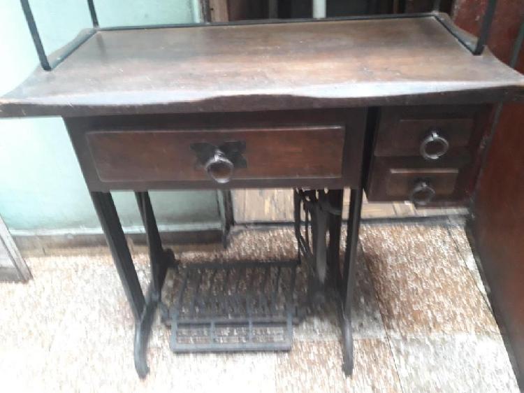 Mueble de maquina de coser Singer, con repisa de metal