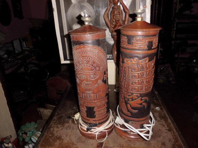 dos lamparas de cedro con cuero repujado