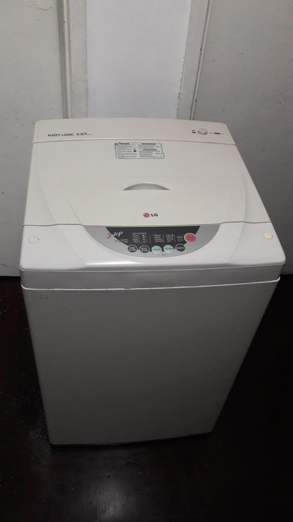Lavadora de 5.5 k LG color blanco / mueble /