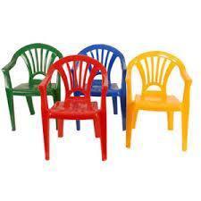 Vendo 08 sillas de plastico y 2 mesitas de madera para