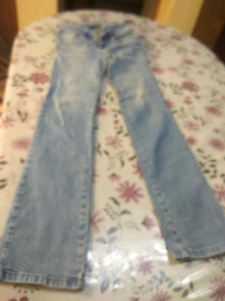 Pantalón Jean de Mujer Talla 28 a 8 soles.