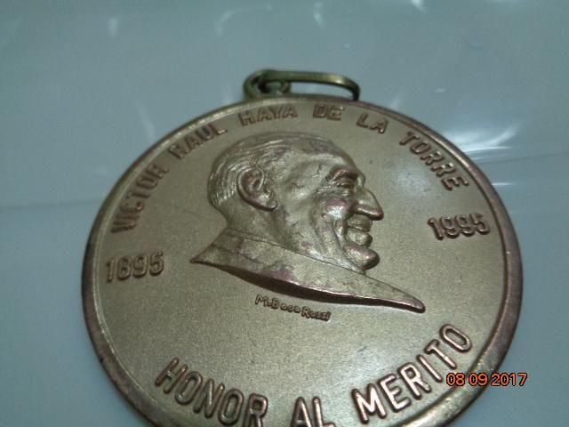 antigua medalla de honor a victor raul haya de la torre
