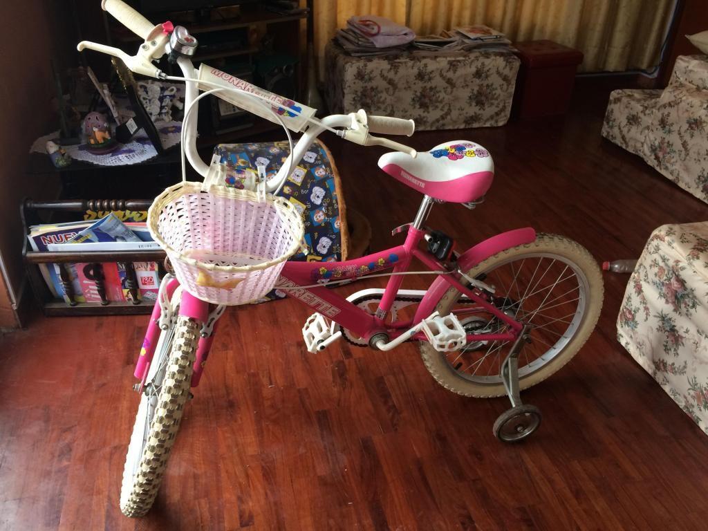 Bicicleta de niña aro 20 marca monark con casco