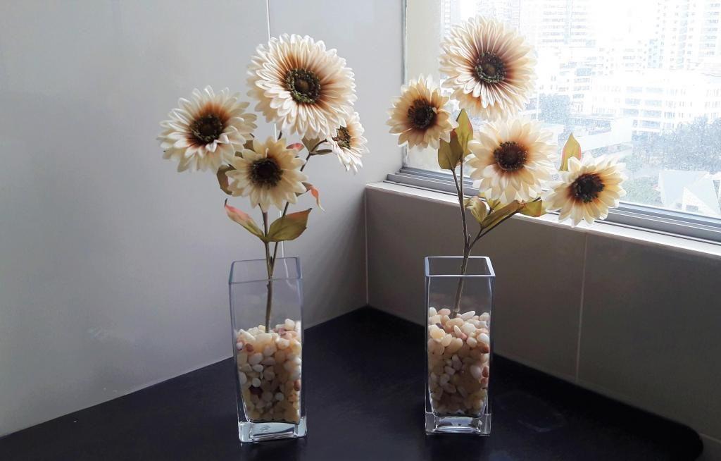 Set de 2 Floreros de vidrio con flores y piedras