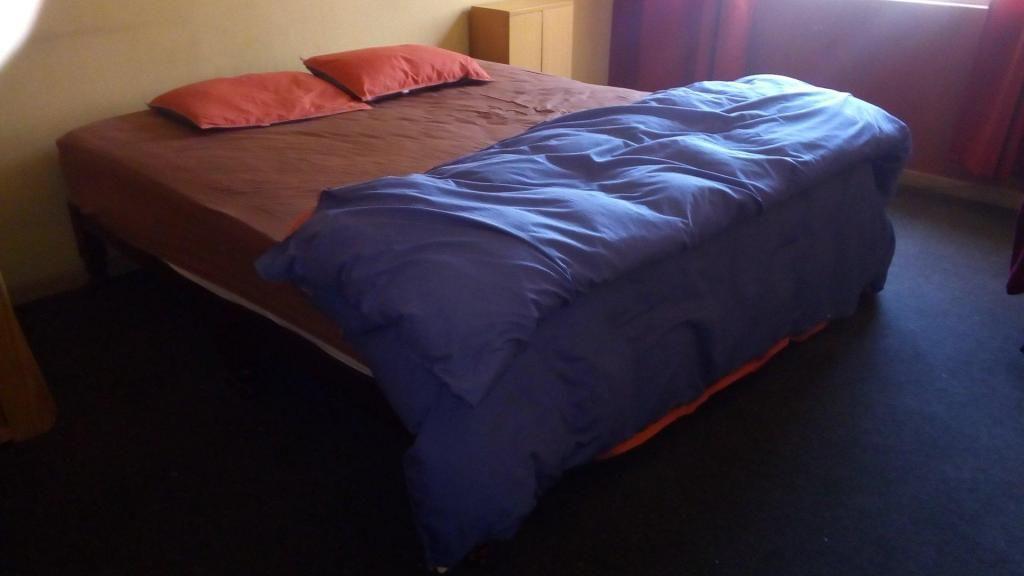 Cama king y ropa de cama