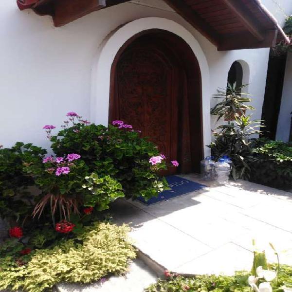 Vendo hermosa casa en san borja frente a parque en Lima