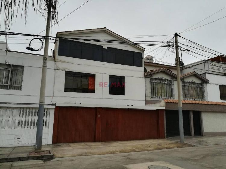 Venta de Hermosa Casa Frente a Parque en San Miguel