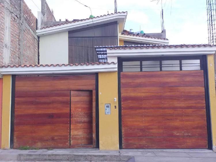En Venta Casa de Dos Pisos en Bellapampa - Socabaya, Frente