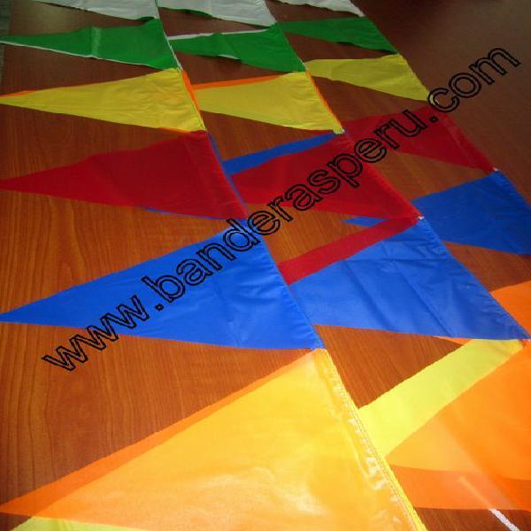 Banderas coloridas de plástico para ferias en Lima
