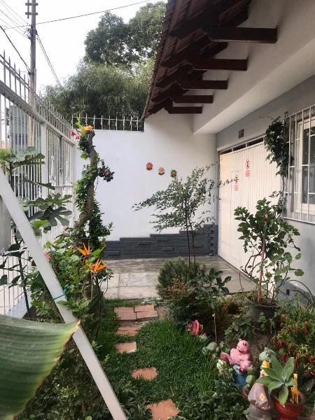 Casa de 2 Pisos en Excelente Ubicacion - por Remodelar o