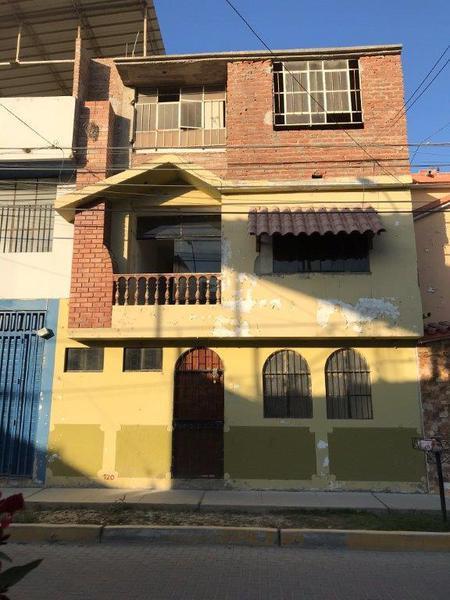 Venta de casa de tres niveles frente a calle en Piura